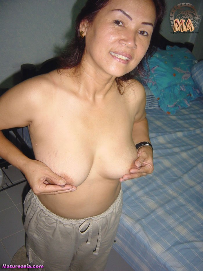 Amateur older Asian lady Nong plays nipples